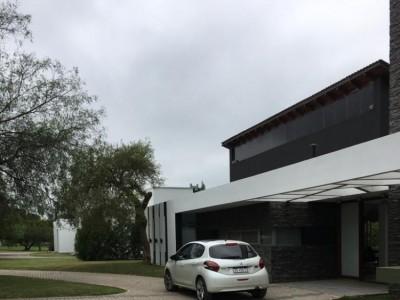 HERMOSA CASA 4 DORMITORIOS EN BARRIO PRIVADO